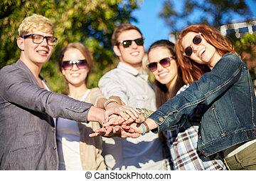 adolescente, riempirsi, mani, amici vicini