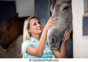 adolescente, rubio, caballo, niña, acariciando