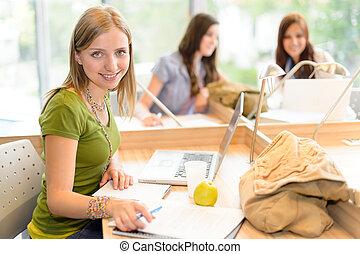adolescente, sala, sentando, estudo, menina sorridente