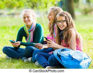 adolescente, schoolgirls, divertimento, con, telefoni mobili