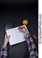 adolescente, scrive, penna, quaderno, tavola, aperto