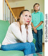 adolescente, secondo, mezza età, madre, casa, disputa