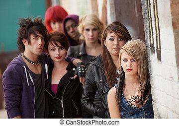 adolescente, serio, punk, pandilla