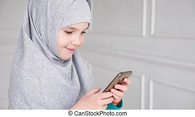 adolescente, smartphone, musulmán, joven, gris, retrato, ...