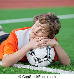 adolescente, soñar, en, campo del fútbol