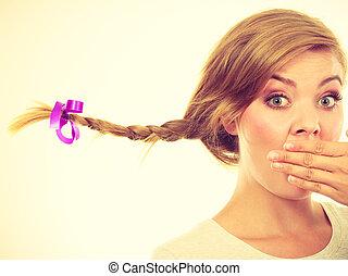 adolescente, sorprendido, cara, pelo, elaboración, niña, trenza