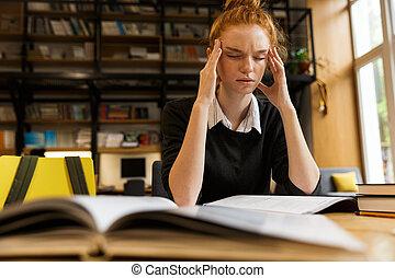 adolescente, stanco, haired, studiare, tavola, ragazza, rosso