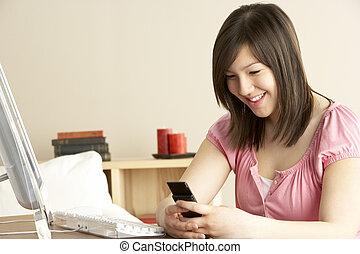 adolescente, telefono mobile, casa, usando, ragazza sorridente