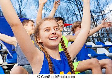 adolescente, ventilador deportivo, celebrar, victoria, en, el, tribune