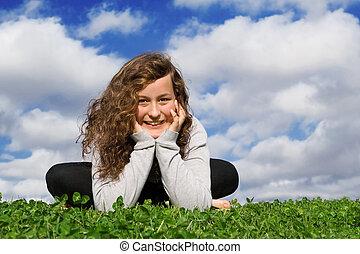 adolescente, verão, sentando, saudável, ao ar livre, capim, feliz