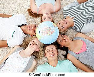 adolescentes, chão, com, um, globo terrestre, em, a, centro