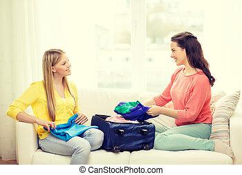 adolescentes, deux, emballage, valise, maison, sourire