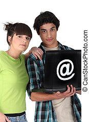 adolescentes, surfando internet