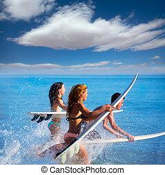 adolescentes, surfers, garçons, courant, sauter, planches ...