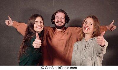 adolescents, heureux, pouces haut, exposition