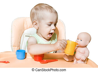 adorável, criança, independentemente, alimentação, boneca sentando, frente, a, tabela., criança, jogos de interpretação, em, dois, years., sobre, branca