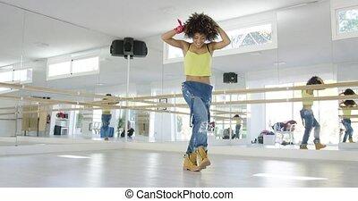 adorável, menina americana africana, dançar, em, estúdio