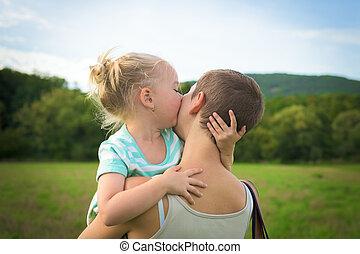 adorável, menina jovem, beijando, dela, mãe