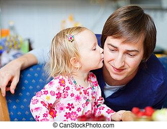 adorável, menininha, beijando, dela, pai