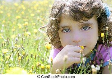 adorável, menininha, cheiro, flor, em, prado