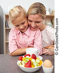 adorável, menininha, comer, fruta, com, dela, mãe