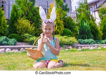 adorável, menininha, desgastar, orelhas coelho, segurando, cesta, com, ovos páscoa