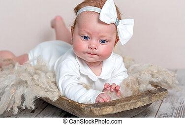 adorável, recem nascido, menina, mentir barriga, ligado, tapete