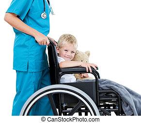 adorável, seu, pequeno, pelúcia, médico feminino, urso, carregar, cadeira rodas, hospitalar, menino, luminoso