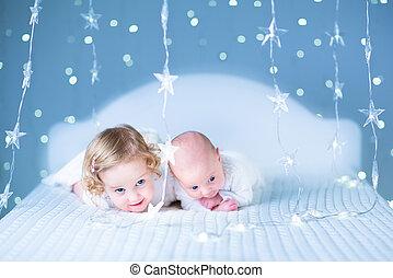 adorável, toddler, menina, e, dela, bebê recém-nascido,...