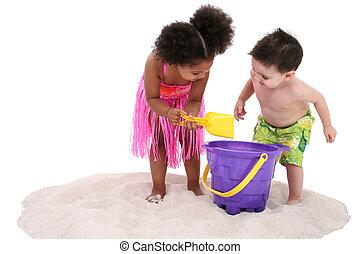 adorável, toddlers, areia, tocando