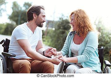 adorabile, marito moglie, in, sedie rotelle, tenere mani, insieme