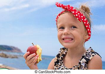 adorabile, piccola ragazza, divertirsi, mangiando mela