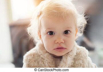 adorabile, ragazza bambino, con, divertente, capelli ricci