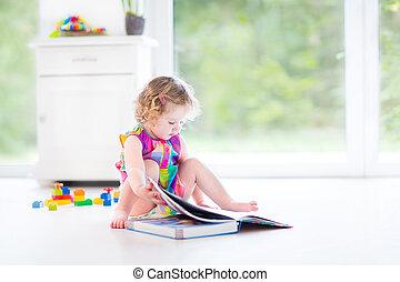 adorable, кудрявый, ребенок, начинающий ходить, девушка, чтение, , книга, сидящий, на, , пол