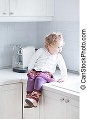 adorable, ребенок, начинающий ходить, девушка, сидящий, в, , белый, кухня, на, , countert