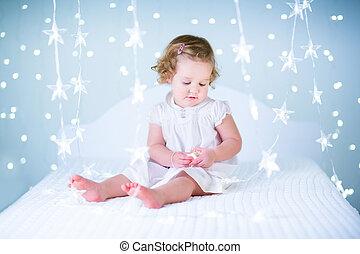 adorable, ребенок, начинающий ходить, девушка, playing, with, рождество, lights, сидящий, на,