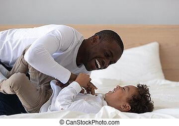 adorable, américain, père, chatouiller, heureux, fils, rire, lit, africaine