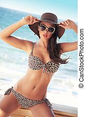 Adorable brunette beauty wearing sunglasses