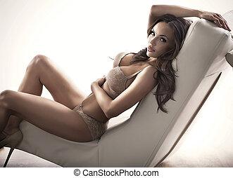 adorable, brunette, femme, divan