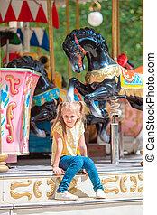 adorable, carrousel, dehors, girl, peu