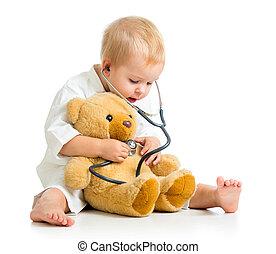 adorable, enfant, à, vêtements, de, docteur, et, ours peluche, sur, blanc