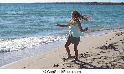 adorable, girl, vacances, peu, plage, été, pendant