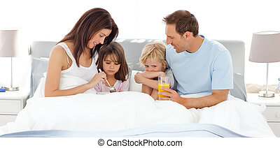 adorable, maison, avoir, enfants, leur, parents, petit déjeuner, lit
