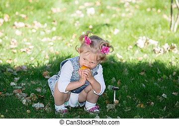 adorable, nature, il, bébé, petit enfant, amour été, vert, usage, parenting, ou, concept, girl., arrière-plan.