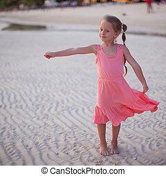 adorable, niña, en, playa tropical, vacaciones, en,...