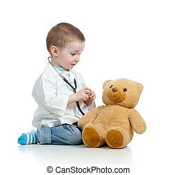 adorable, niño, con, ropa, de, doctor, y, osito de peluche, encima, blanco