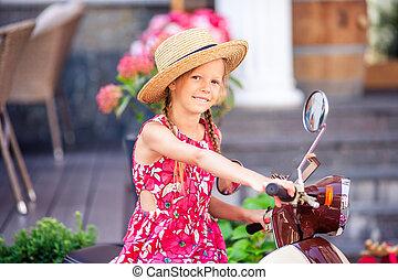 adorable, petite fille, dans, chapeau, sur, les, vélomoteur, dehors