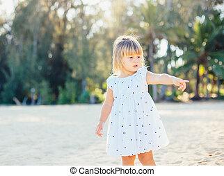adorable, petite fille, plage