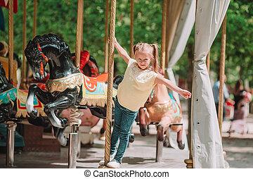 adorable, petite fille, près, les, carrousel, dehors
