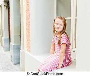 adorable, petite fille, reposer, dehors, séance, fenêtre